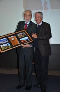 Fernando Maldonado, ingeniero forestal y académico, recibió de parte del ministro de Agricultura (s), Claudio Ternicier, su reconocimiento por 45 años de trabajo en CONAF.
