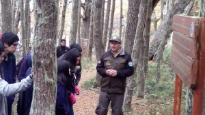 Alumnos del colegio Francisco Xavier Butiña de Coyhaique recibieron clase de educación ambiental por guardaparques en el MN Dos Lagunas, en el marco del programa Cultiva tu Identidad con Injuv